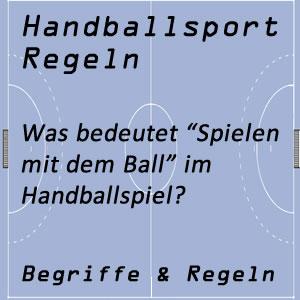 Handball Spielen mit dem Ball