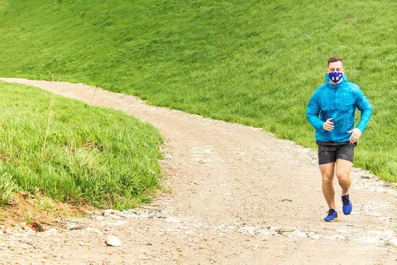 Laufen mit Trainingsmaske
